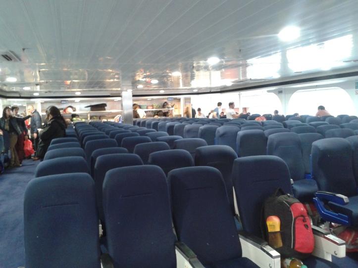 Interior do barco do Colônia Express