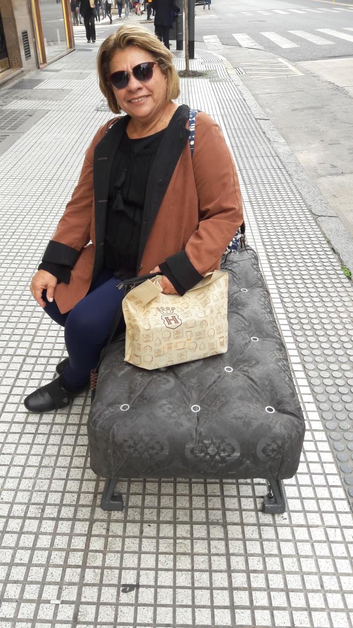 Mainha descansando em um dos rebuscados, porém duros, bancos da Avenida Santa Fé