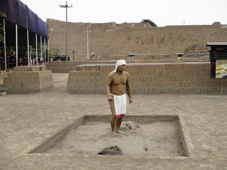 Huaca Pucllana - escultura simulando um homem da época da construção