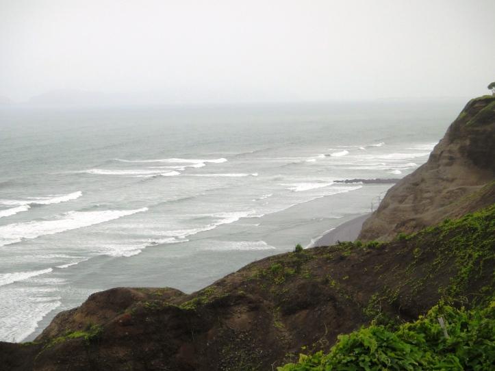 Orla de Lima com maravilhosa vista do mar revolto