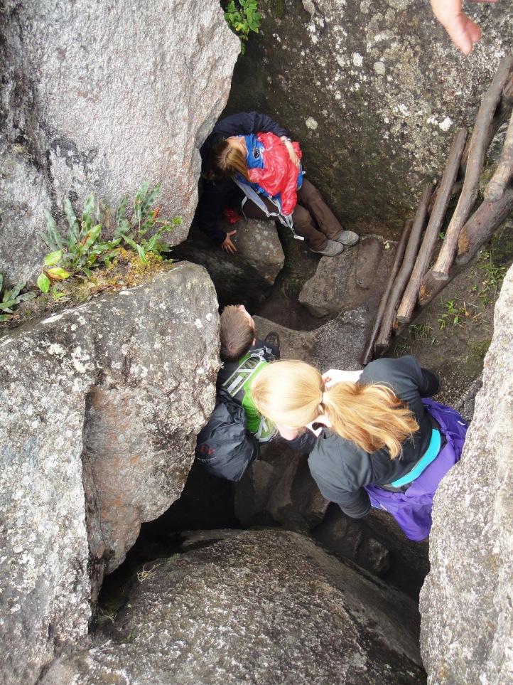 Passagem pela caverna em WaynaPicchu