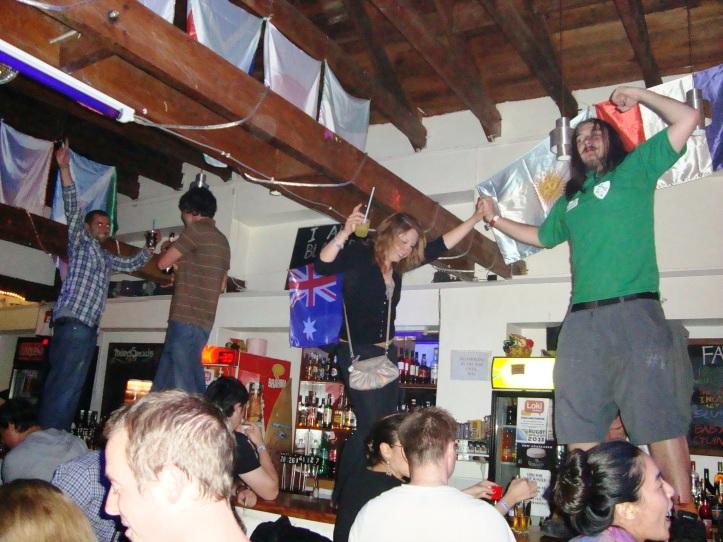 Galera no Bar do Hostel Loki