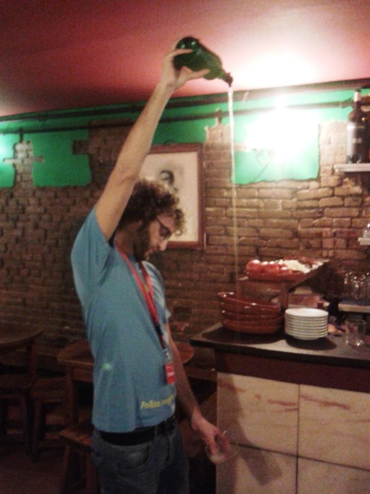 Sidra servida no estilo asturiano no As de Copas