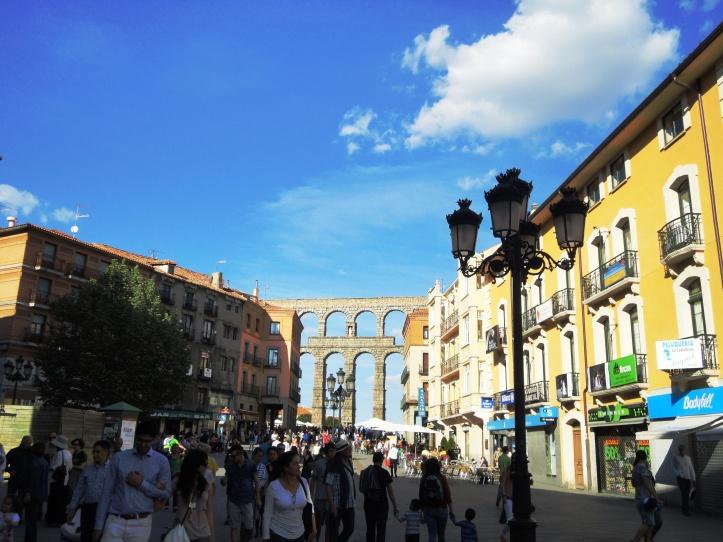 Aqueduto contornando o centro histórico