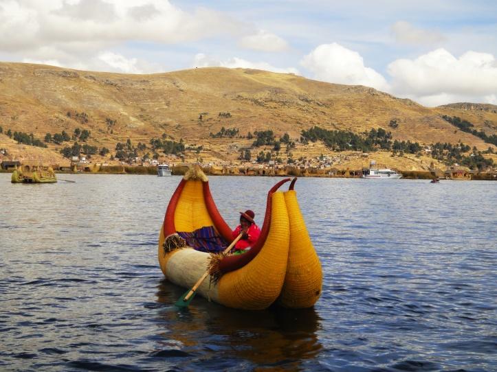 Embarcação navegando pelo lago Titicaca
