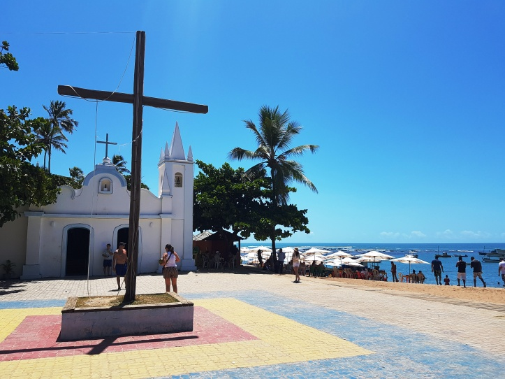 Igreja de São Francisco de Assis e a praia do Portinho