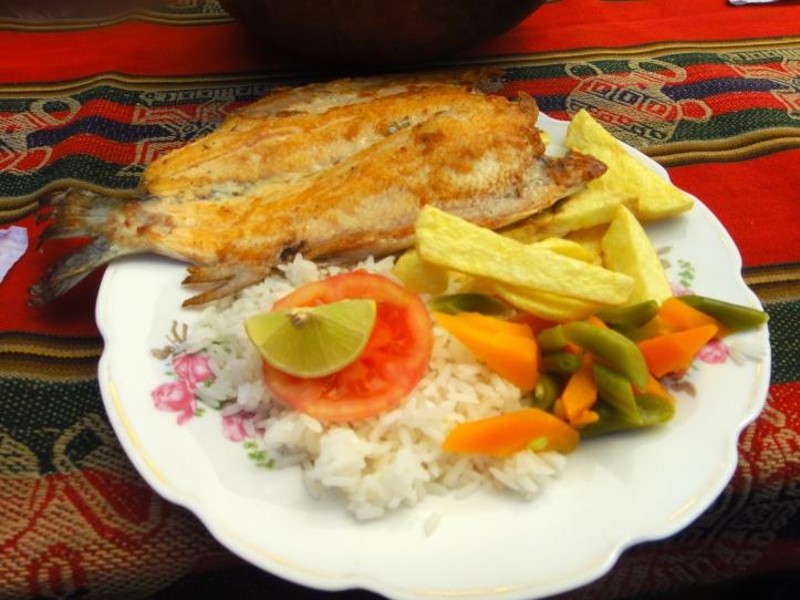 Truta frita com arroz e salada